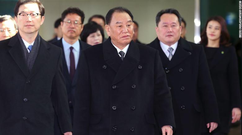 Ông Kim Yong-chol (giữa) dẫn đầu phái đoàn Triều Tiên đến Hàn Quốc dự lễ bế mạc Thế vận hội mùa đông Pyeongchang 2018 hồi cuối tháng 2. Ảnh: CNN