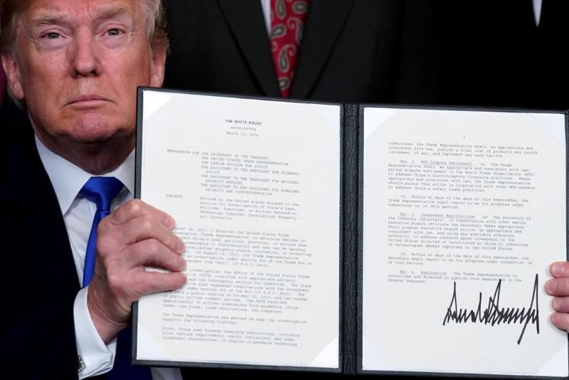 Tổng thống Mỹ Donald Trump giới thiệu biên bản nội bộ về tăng thuế nhập khẩu lên hàng công nghệ cao Trung Quốc, tại Nhà Trắng ngày 22-3-2018. Ảnh: REUTERS