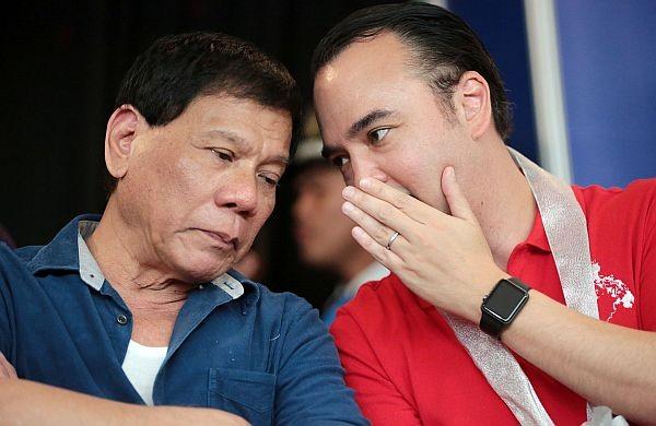 Tổng thống Philippines Rodrigo Duterte (trái) và Ngoại trưởng Philippines Alan Peter Cayetano. Ảnh: INQUIRER