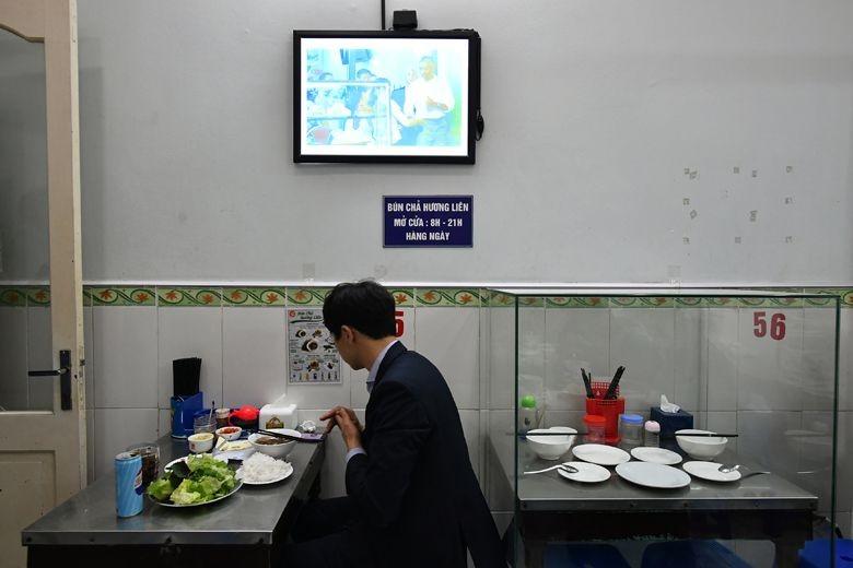 Bàn ăn ông Bourdain và ông Obama đã ngồi được quây bằng kính để trưng bày. Ảnh: ST