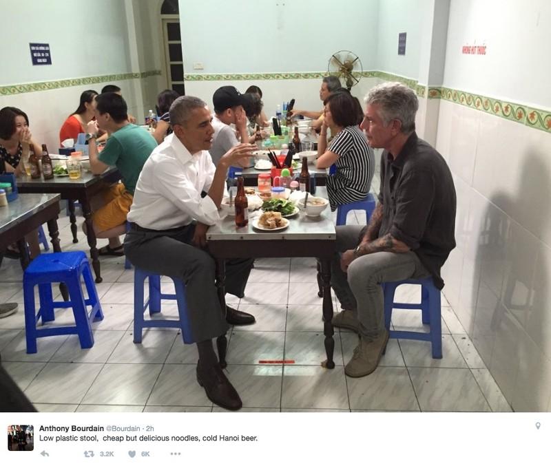 Ông Bourdain (phải) và Tổng thống Obama (trái) ăn bún chả tại nhà hàng Hương Liên ở Hà Nội tháng 5-2016. Ảnh: CNN