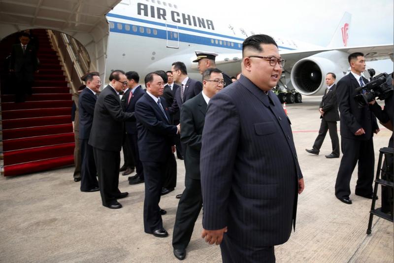 Lãnh đạo Triều Tiên Kim Jong-un đến sân bay Changi (Singapore) ngày 10-6, chuẩn bị gặp thượng đỉnh Tổng thống Mỹ Donald Trump. Ảnh: REUTERS