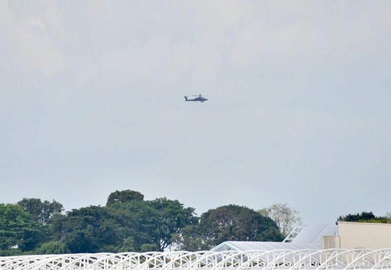 Trực thăng quần trên bầu trời Sentosa (Singapore) sáng ngày diễn ra thượng đỉnh Mỹ-Triều 12-6. Ảnh: TWITTER