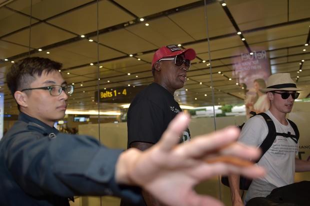 Cựu ngôi sao bóng rổ người Mỹ Dennis Rodman (mũ đỏ) đến sân bay Changi (Singapore) sáng sớm 12-6, chờ đón cuộc gặp thượng đỉnh Mỹ-Triều. Ảnh: GETTY IMAGES