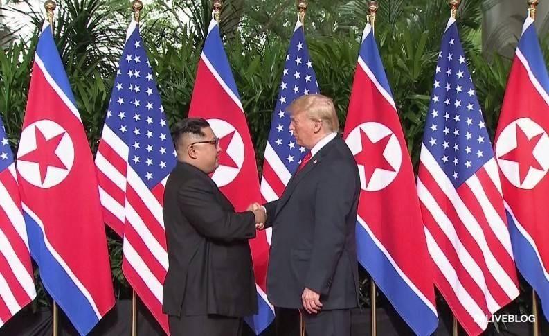 Tổng thống Mỹ Donald Trump (phải) và lãnh đạo Triều Tiên Kim Jong-un và cú bắt tay lịch sử, bắt đầu cuộc gặp riêng từ 9 giờ sáng 12-6 tại khách sạn Capella ở Singapore. Ảnh: CNA