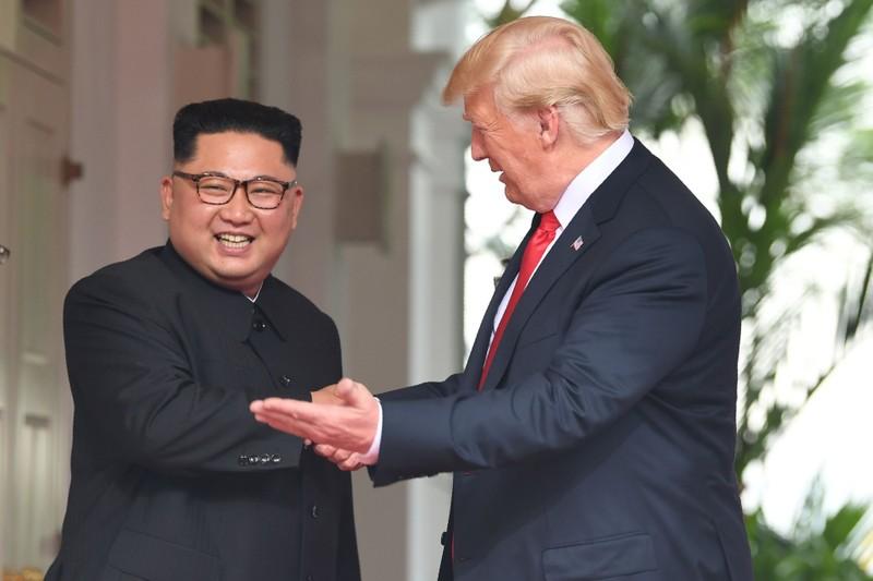 Tổng thống Mỹ Donald Trump (phải) và lãnh đạo Triều Tiên Kim Jong-un đang gặp thượng đỉnh lịch sử tại Singapore. Ảnh: CNA