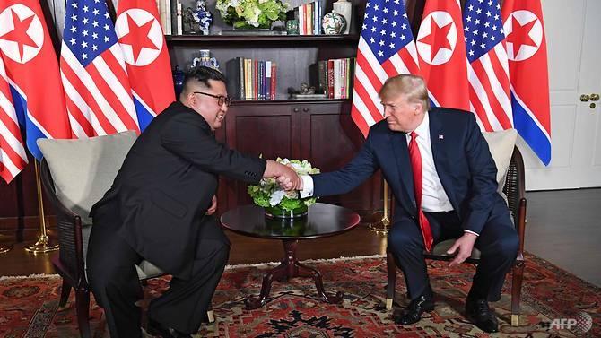 Tổng thống Mỹ Donald Trump (phải) và lãnh đạo Triều Tiên Kim Jong-un bắt đầu cuộc gặp riêng từ 9 giờ sáng 12-6 tại khách sạn Capella ở Singapore. Ảnh: CNA