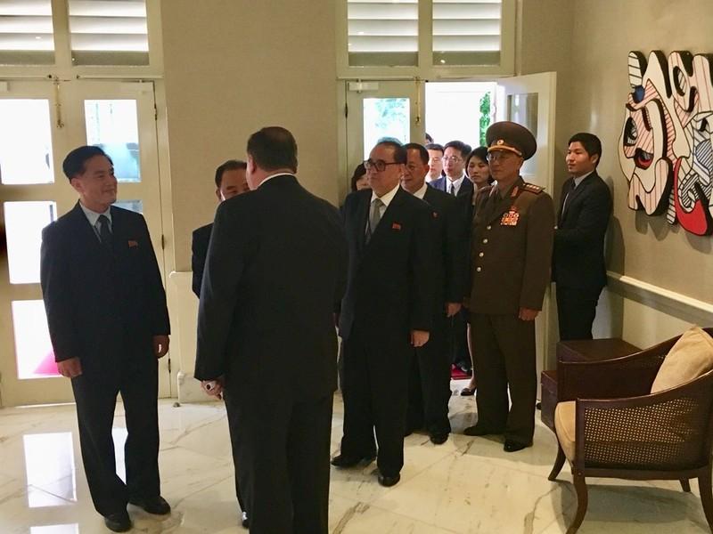 Hai ông Trump-Kim kết thúc gặp riêng, bắt đầu gặp mở rộng - ảnh 3