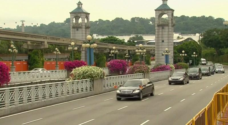 Đoàn xe chở lãnh đạo Triều Tiên Kim Jong-un tiến về khách sạn Capella, nơi tổ chức thượng đỉnh Mỹ-Triều, sáng 12-6. Ảnh: CNA