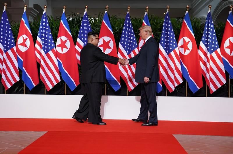 """Chuyện một lãnh đạo Triều Tiên – ông Kim (trái) gặp một tổng thống đương nhiệm Mỹ - ông Trump (phải) là """"một cảnh ngoạn mục trong phim khoa học giả tưởng"""". Ảnh: ST"""
