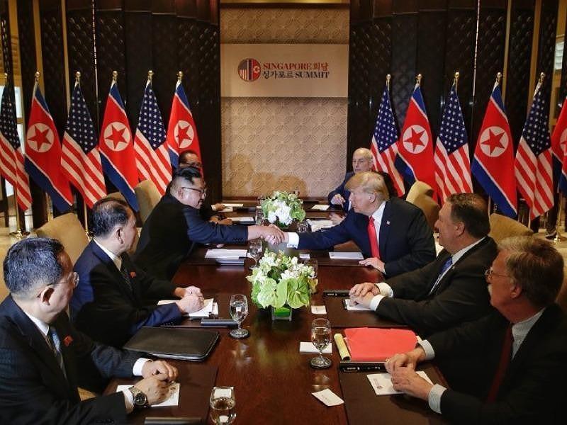 Ông Trump (giữa, phải) và ông Kim (giữa, trái) cùng phái đoàn hai nước gặp mở rộng trong khuôn khổ thượng đỉnh Mỹ-Triều ngày 12-6 tại Singapore. Ảnh: ST