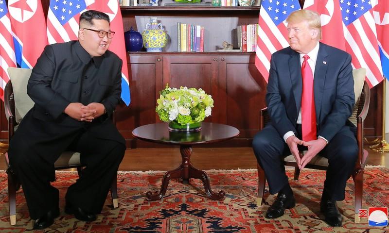 Tổng thống Mỹ Donald Trump (phải) và lãnh đạo Triều Tiên Kim Jong-un gặp song phương trong khuôn khổ thượng đỉnh Mỹ-Triều ngày 12-6 tại Singapore. Ảnh: NYT