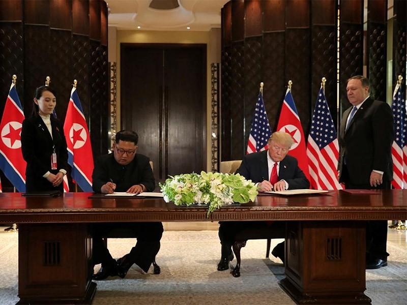 Ông Trump (phải) và ông Kim (trái) trong lễ ký tuyên bố chung thượng đỉnh Mỹ-Triều ngày 12-6 tại Singapore. Ảnh: REUTERS