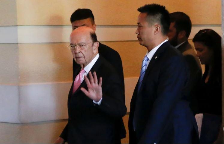 Bộ trưởng Thương mại Mỹ Wilbur Ross (giơ tay) đến Trung Quốc đàm phán thương mại đầu tháng này. Ảnh: SCMP