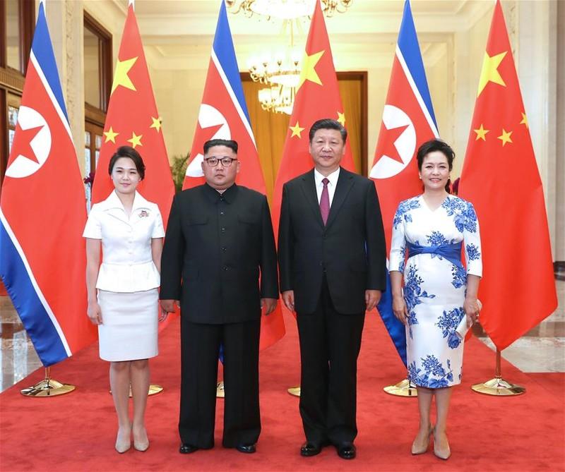 Vợ chồng Chủ tịch Trung Quốc Tập Cận Bình (phải) tiếp vợ chồng lãnh đạo Triều Tiên Kim Jong-un tại Đại lễ đường Nhân dân Bắc Kinh ngày 19-6. Ảnh: THX