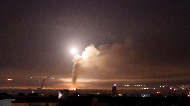 Tên lửa Israel trên bầu trời Damascus (Syria) ngày 10-5. Ảnh: REUTERS