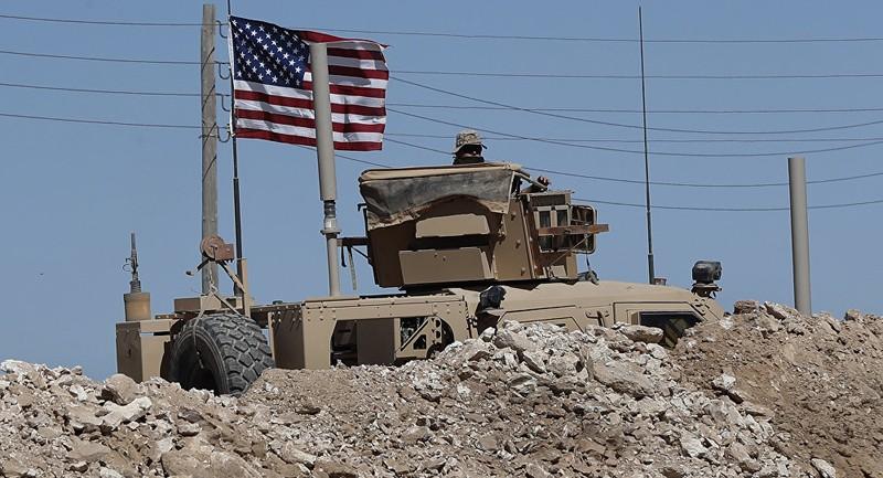 Binh sĩ và xe bọc thép Mỹ tại một khu vực tiền tuyến ở TP Manbij (bắc Syria) tháng 4. Ảnh: AP