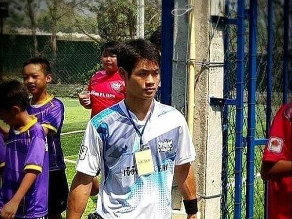 Huấn luyện viên Ekaphol Chantawong và các cầu thủ nhí trong một buổi huấn luyện. Ảnh: ST