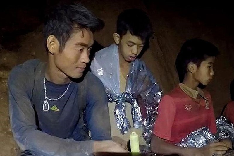 Huấn luyện viên Ekapol và đội bóng nhí trong hang động. Ảnh: GUARDIAN