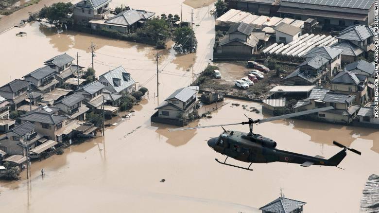 Một khu dân cư tại Kurushiki, tỉnh Okayama chìm trong nước sau trận mưa lũ lịch sử quét qua miền Tây nước Nhật ngày 9-7. Ảnh: CNN
