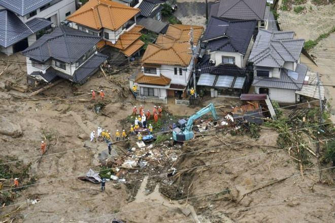 Đội cứu hộ làm việc tại hiện trường một vụ lở đất ở thành phố Hiroshima ngày 7-7. Ảnh: REUTERS