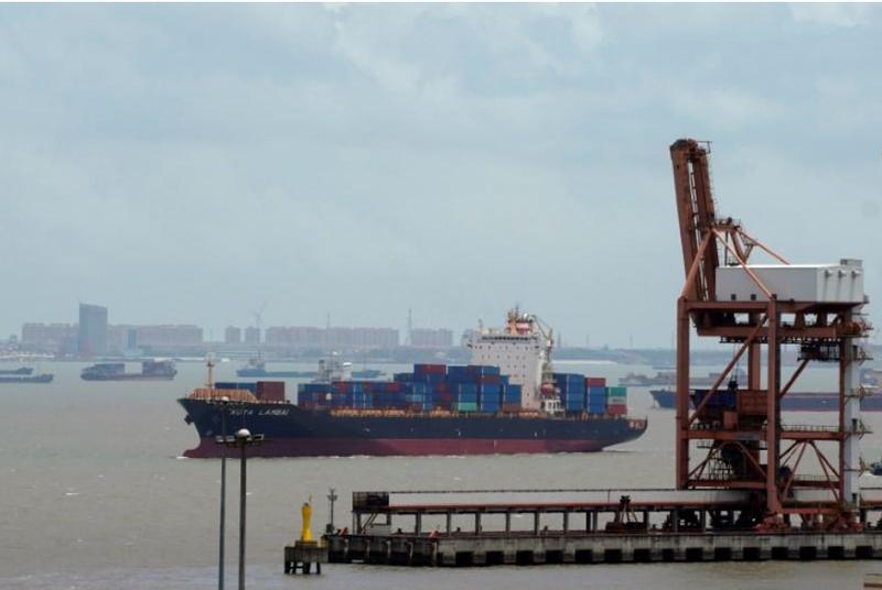 Tàu hàng ở cảng Thượng Hải (Trung Quốc) ngày 10-7. Ảnh: REUTERS