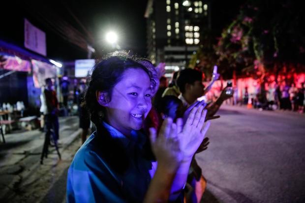 Người dân Thái Lan vui mừng với tin toàn bộ 13 thành viên đội bóng nhí Lợn rừng của Thái Lan được cứu, tối 10-7 tại Chiang Rai (Thái Lan). Ảnh: GETTY IMAGES