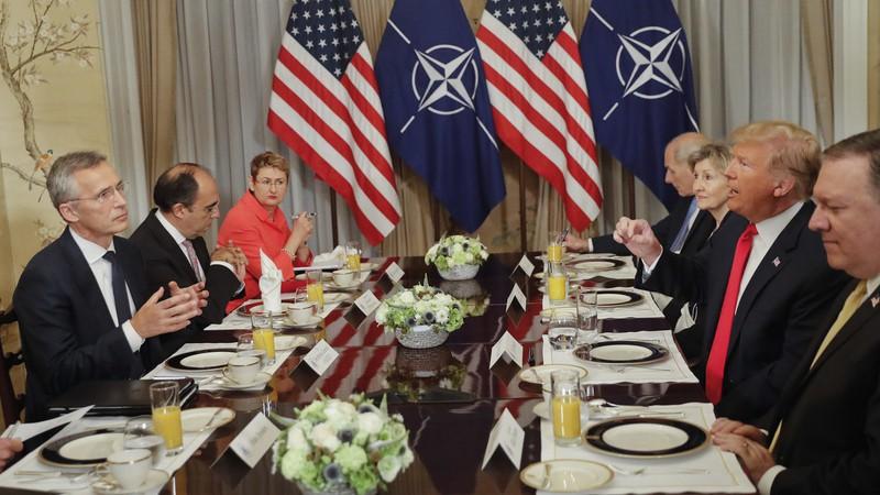 Tổng thống Mỹ Donald Trump (phải) và Tổng Thư ký NATO Jens Stoltenberg (trái) trong bữa ăn sáng 11-7 tại Brussels (Bỉ). Ảnh: AP