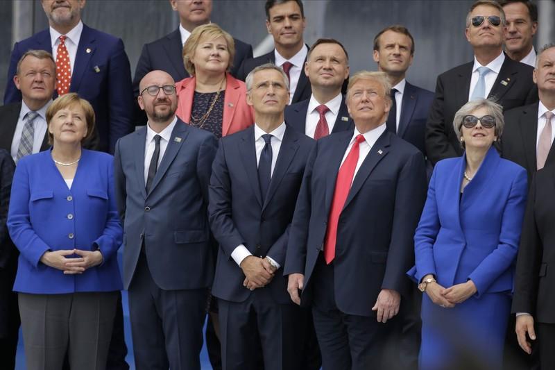 Tổng thống Mỹ Donald Trump (thứ hai từ phải qua, hàng đầu) và các lãnh đạo NATO chụp hình chung sáng 11-7 trong kỳ thượng đỉnh NATO năm nay tại Brussels (Bỉ). Ảnh: AP