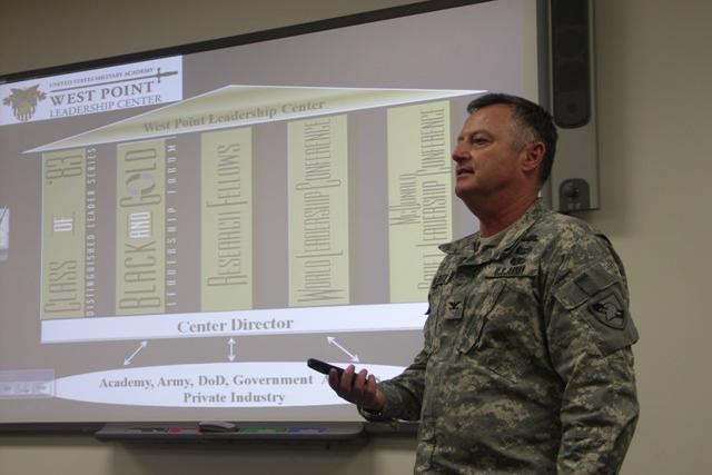 Chuẩn tướng Thomas Kolditz - Giám đốc điều hành Viện Lãnh đạo mới Doerr thuộc đại học Rice khen ngợi tài lãnh đạo của chỉ huy và lực lượng thực hiện chiến dịch cứu hộ. Ảnh: WEST POINT