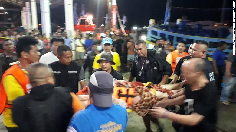 Đội cứu hộ và nhân viên y tế Thái Lan đang giải cứu các du khách gặp nạn trong vụ chìm tàu tại một cảng ở Phuket ngày 6-7. Ảnh: CNN