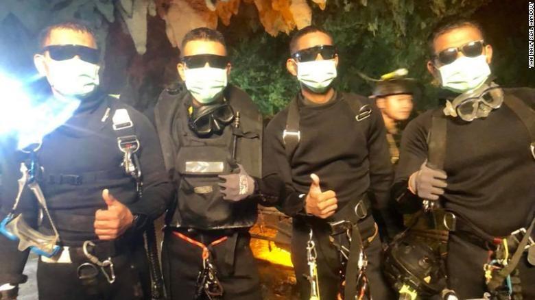 4 đặc nhiệm Thai Navy Seals ra khỏi hang động tối 10-7, sau khi thành viên cuối cùng của đội bóng được cứu ra an toàn. Ảnh: FB