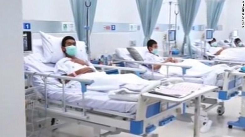 Các cậu bé được chăm sóc sức khỏe trong bệnh viện. Ảnh: CNN