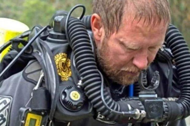 Bác sĩ, chuyên gia lặn người Úc Richard Harris ra khỏi hang động tối 10-7, sau khi thành viên cuối cùng của đội bóng được cứu ra an toàn, và nhận được tin bố mất. Ảnh: FB