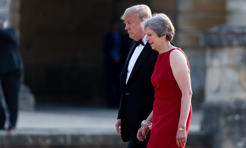 Tổng thống Mỹ Donald Trump trong lần đầu đến thăm Anh đã gây khó cho Thủ tướng Anh Theresa May. Ảnh: AFP