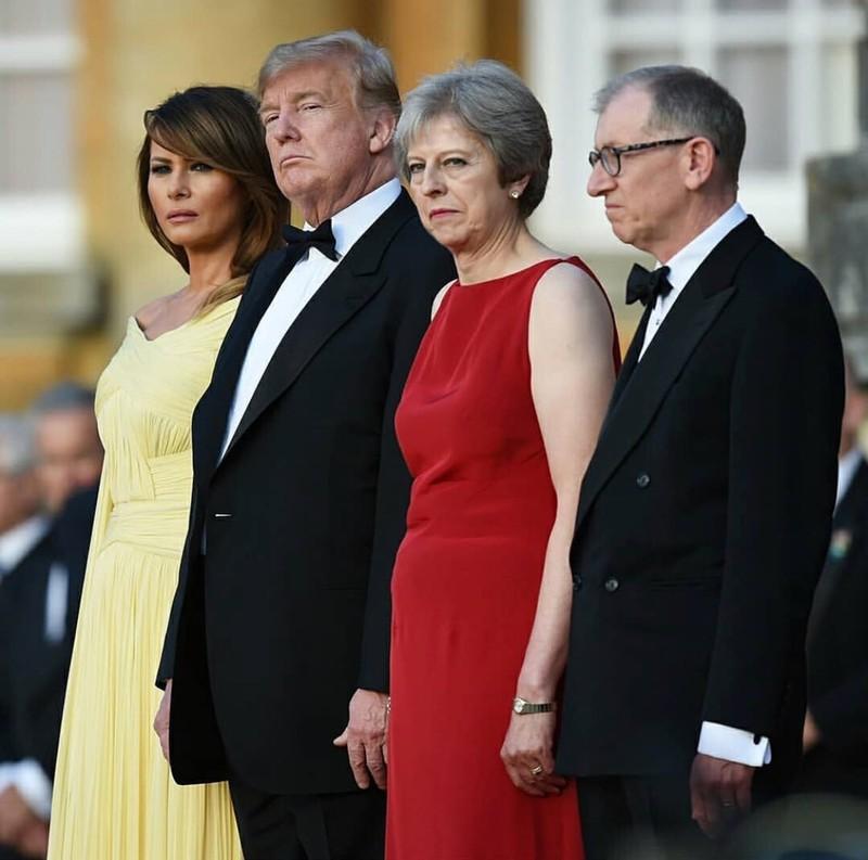 Vợ chồng Thủ tướng Anh Theresa May (phải) đón vợ chồng Tổng thống Mỹ Donald Trump (trái) tại Cung điện Blenheim ở Woodstock (Anh). Ảnh: TWITTER