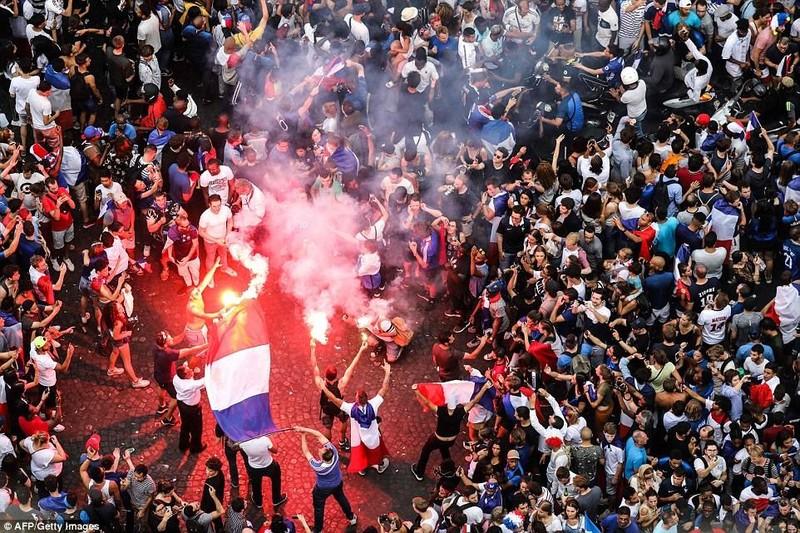Cổ động viên quá khích đốt pháo sáng ăn mừng tại đại lộ Champs Elysees, Paris ngày 15-7. Ảnh: AFP