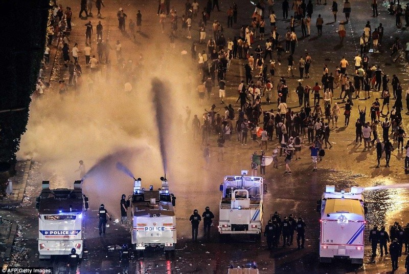 Vòi rồng được cảnh sát sử dụng để giải tán đám động quá khích khỏi đại lộ Champs Elysees, Paris ngày 15-7.Ảnh: AFP