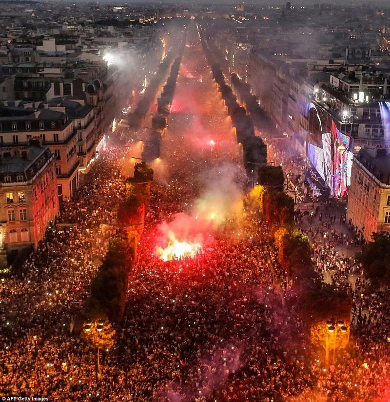 Hàng chục nghìn người đổ về đại lộ Champs Elysees, Paris để ăn mừng Pháp vô địch World Cup ngày 15-7. Ảnh: AFP