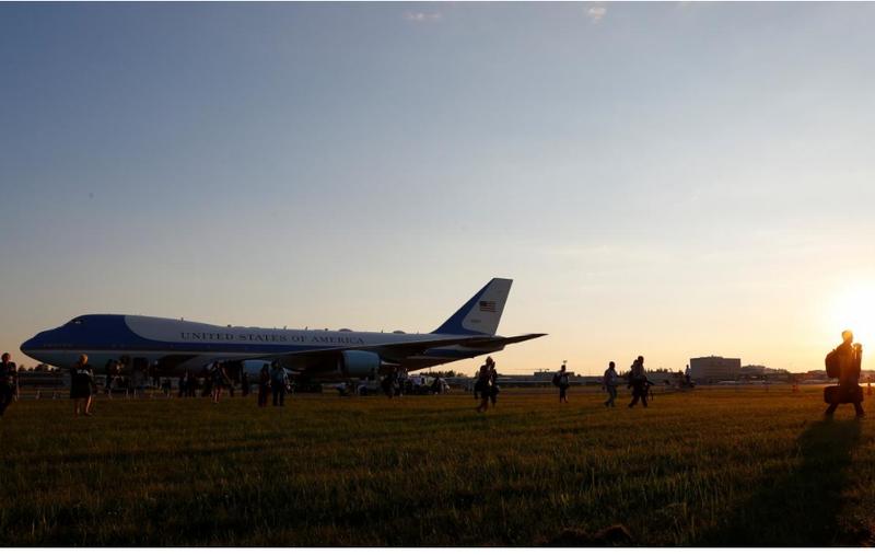Chiếc không lực một chở Tổng thống Mỹ Donald Trump đến sân bay quốc tế Helsinki ở Vantaa (Phần Lan) ngày 15-7. Ảnh: REUTERS