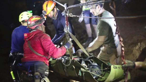 Một cậu bé được đưa lên cáng di chuyển qua đoạn không ngập nước trong hang động Tham Luang. Ảnh: THAI NAVY SEALS