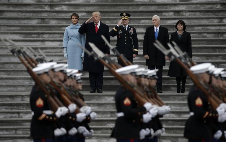 Tổng thống Mỹ Donald Trump (cà vạt đỏ) và Đệ nhất phu nhân Melania Trump (bên trái) cùng Phó Tổng thống Mike Pence và phu nhân Karen Pence (bên phải) trong lễ diễu hành quân đội vào ngày ông Trump nhậm chức 20-1-2017 tại Washington DC. Ảnh: REUTERS