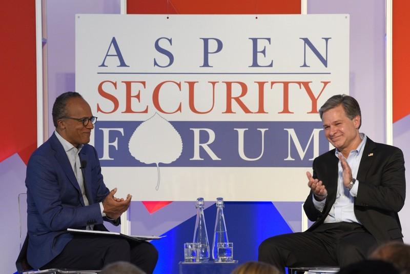 Giám đốc Cục Điều tra liên bang Mỹ (FBI) Christopher Wray (phải) tại Diễn đàn An ninh Aspen ngày 18-7. Ảnh: ASPEN IDEAS FESTIVAL