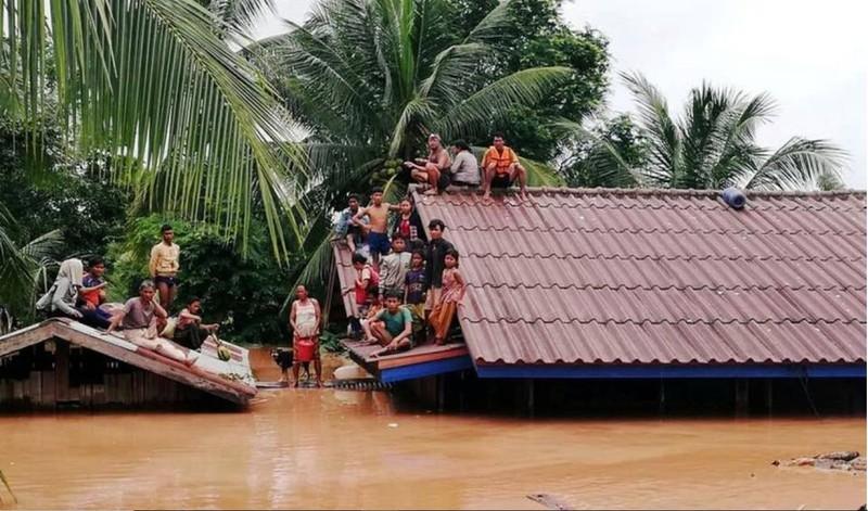 Hơn 3.000 người vẫn đang chống chọi với nước lũ, chờ được cứu. Ảnh: REUTERS