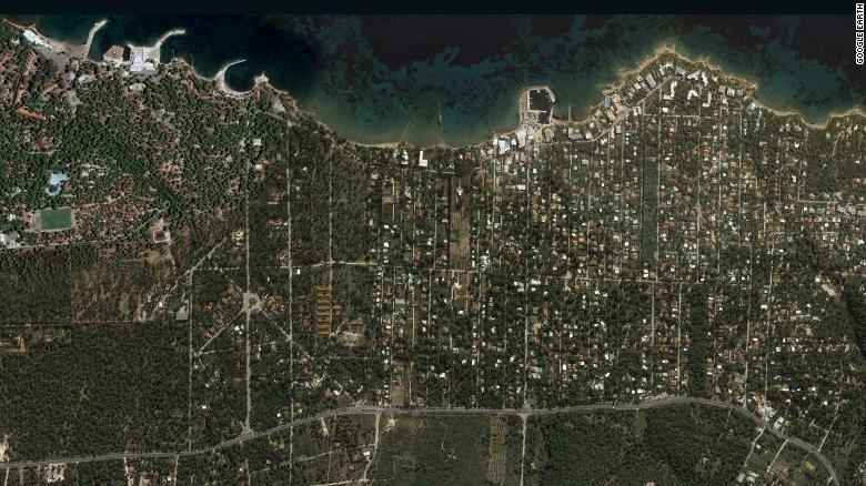 Hình ảnh vệ tinh chụp thị trấn Mati tháng 10 năm ngoái cho thấy bao quanh các ngôi nhà là các rừng cây dễ cháy. Ảnh: CNN