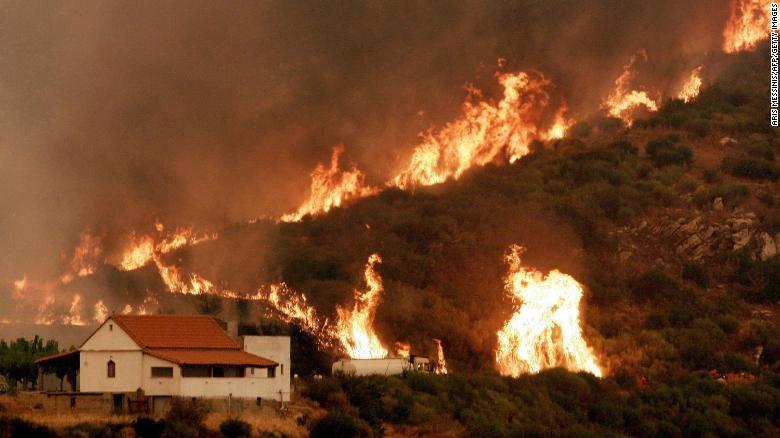 Có tổng cộng hơn 15 đám cháy. Ảnh: CNN