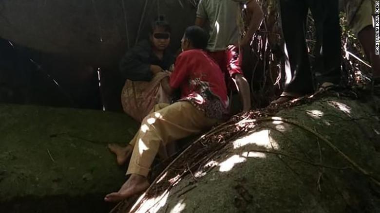 Cô gái 28 tuổi tên H được cứu ra khỏi hang đá. Ảnh: CNN
