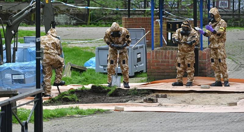 Khám nghiệm hiện trường hai cha con cựu điệp viên Skripal bị đầu độc tại Anh, ngày 24-4. Ảnh: REUTERS