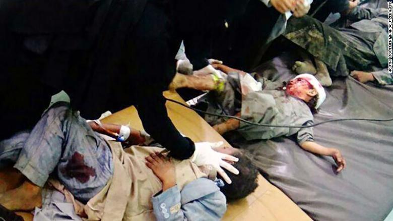 Nạn nhân trẻ em trong vụ không kích. Ảnh: CNN