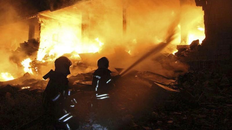 Nhân viên tổ chức Mũ Bảo hiểm Trắng cứu hộ tại hiện trường vụ nổ ở thị trấn Sarmada, tỉnh Idlib, gần biên giới Thổ Nhĩ Kỳ ngày 12-8. Ảnh: AP